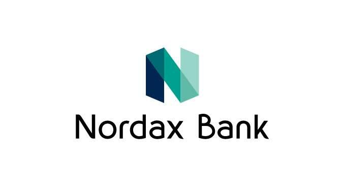 Nordax Bank kräver kände komikern på räntepengarna.