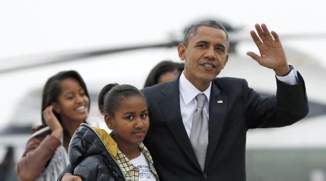 Barack Obama med sina döttrar.