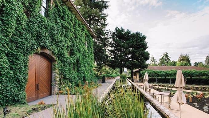 På den fashionabla vingården Hess Collection bjöds de kommunala bolagstopparna på vinprovning och guidad tur. Foto: PRESSBILD