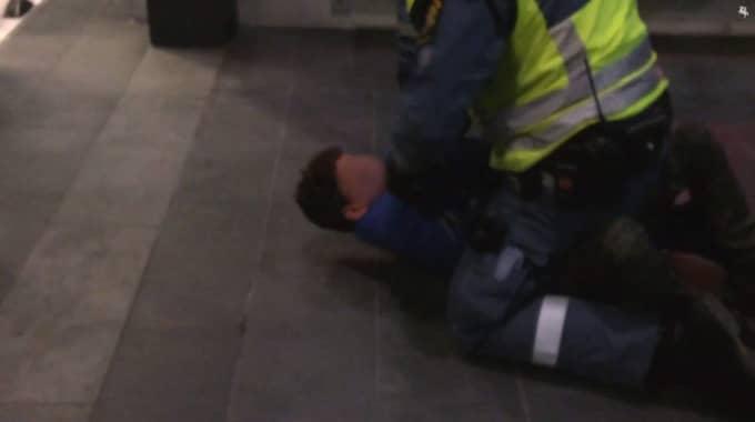De två pojkarna blev omhändertagna av ordningsvakter på Malmö central i början av februari i år. Foto: Skärmdump från Sydsvenskans film