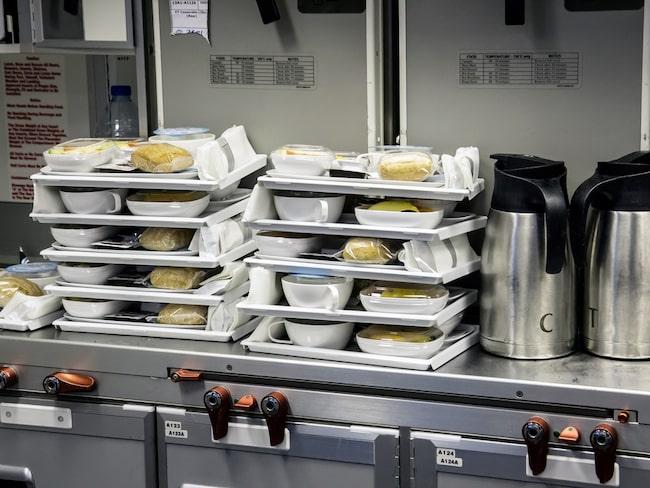 Flygbolaget serverar måltider som kan ha legat frysta i upp till ett år.