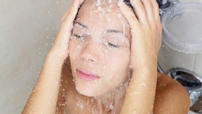 Skölj istället öronen med ljummet vatten –exempelvis när du duschar.
