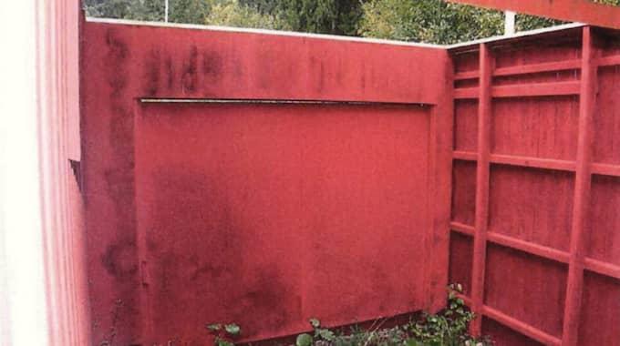 Här är rastgården. Utgången dit ligger separerad från bunkern. Rastgården har en låst port. Rastgården saknar tak. Foto: Polisen