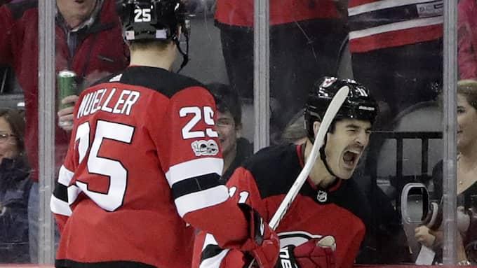 Boyle firar sitt mål tillsammans med Mirco Mueller. Foto: JULIO CORTEZ / AP TT NYHETSBYRÅN