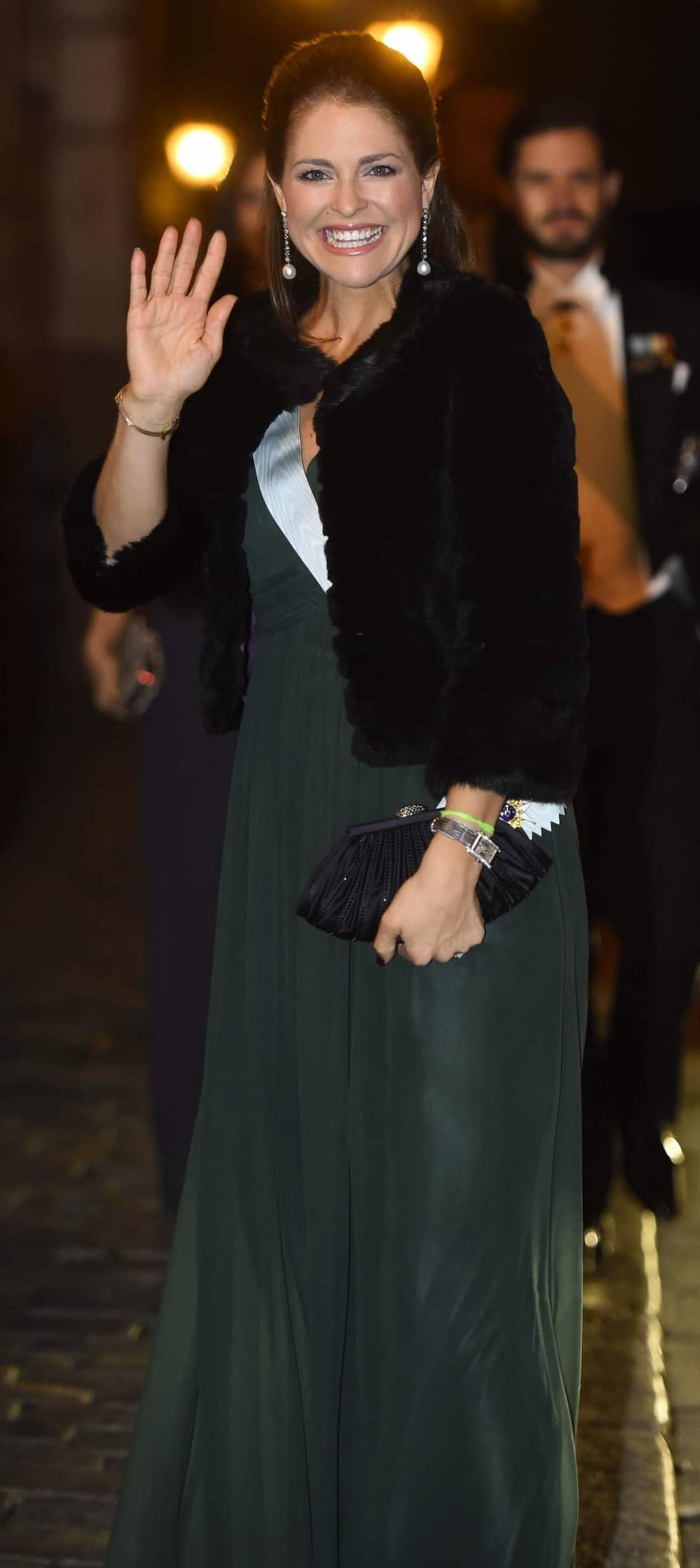 En strålande glad prinsessan Madeleine anlände till Börshuset i Stockholm under lördagskvällen. Den gravida prinsessan bar en mörkgrön långklänning och en kort värmande jacka över axlarna. Foto: Suvad Mrkonjic