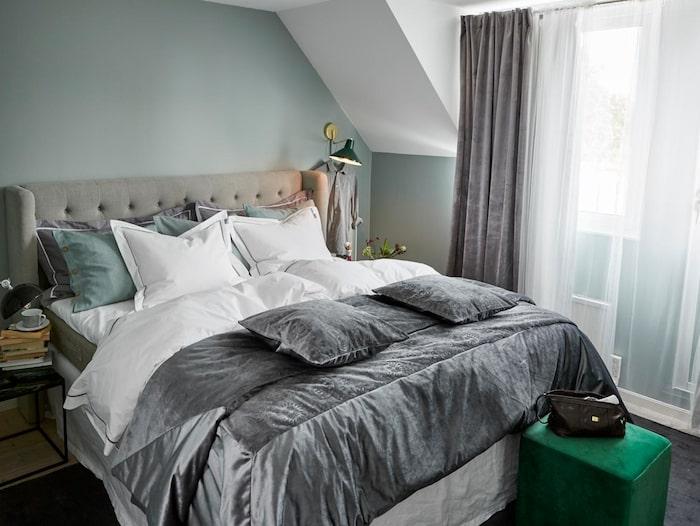 Mias beskrivning av sitt nya sovrum: Harmoni, lugn och avkoppling, lyx, sköna lakan, mys och mörkläggningsgardiner.