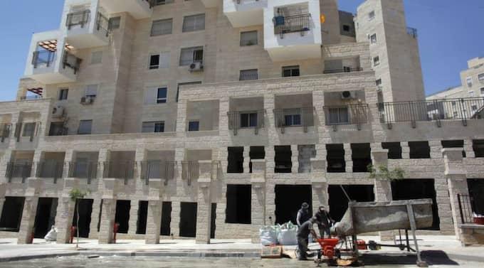 BEHÖVS. Det behövs investeringar på Västbanken - men då ska det handla om projekt som är till för palestinierna. Här palestinska byggarbetare. Foto: Reuters