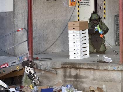 Polisens bombtekniker med den misstänkta bomben. Foto: Björn Larsson Rosvall / Scanpix