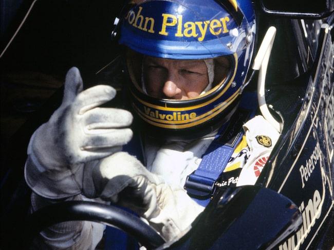 Ronnie Peterson i sin klassiska blå-gula hjälm.