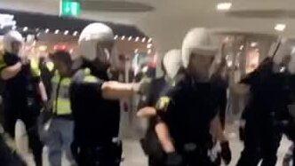 Här använder polisen pepparsprej