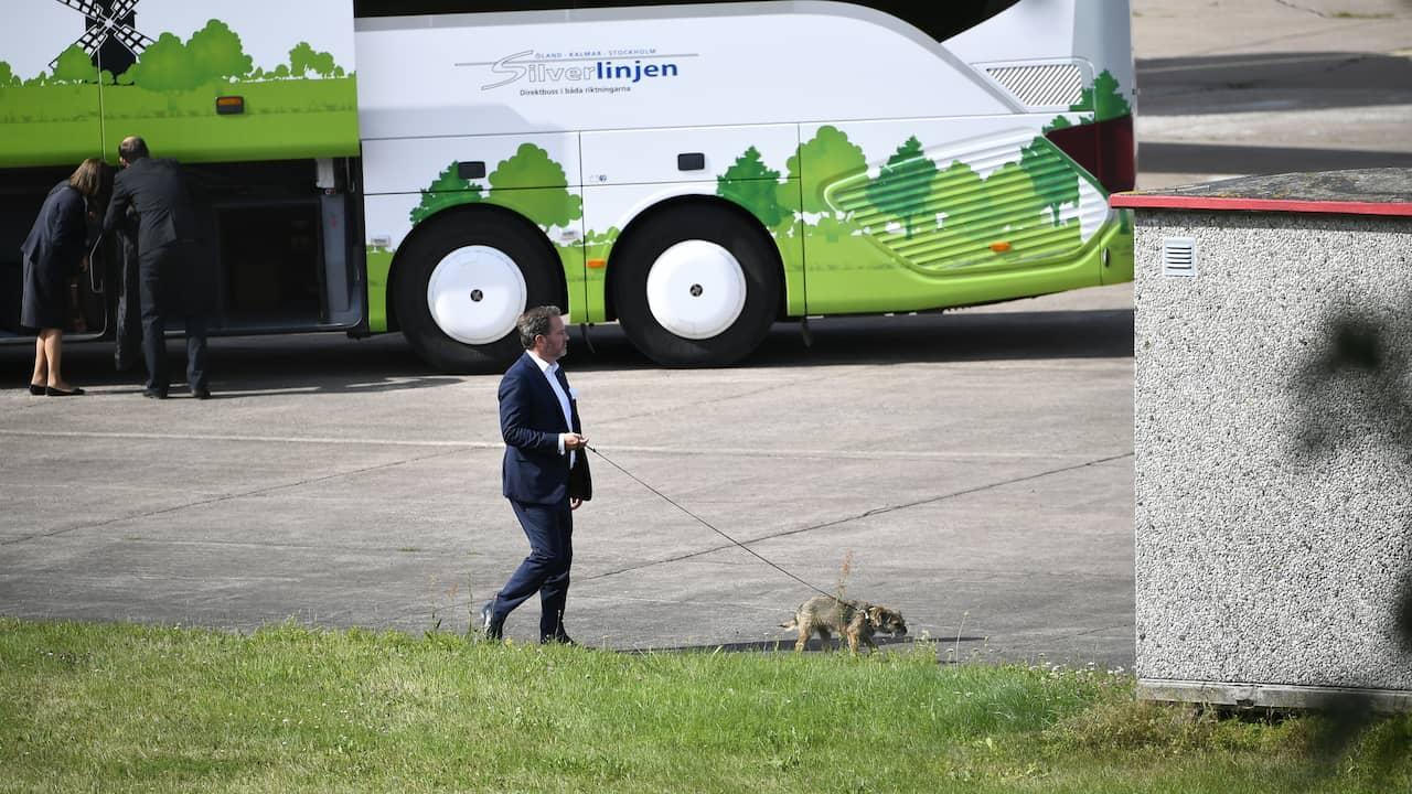 Chris O'neill szybko Rasta Princess Sofia i książę Carl Philips pies Siri tuż po przyjeździe.  Zdjęcie: Alex Ljungdahl