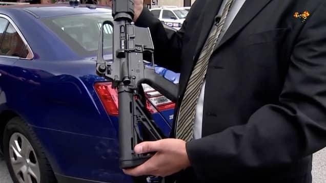 Polisen visar upp ett vapen liknande det som användes av 21-åringen. Foto: Expressen TV / KameraOne