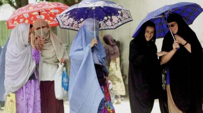 Regeringen, med utrikesminister Carl Bildt och biståndsminister Gunilla Carlsson i spetsen, måste utarbeta en strategi för hur våra biståndspengar kan användas för att motverka att Afghanistans kvinnor återigen hamnar i det helvete som utgjorde deras vardag 2001, skriver Katarina Tracz. Foto: Apichart Weerawong