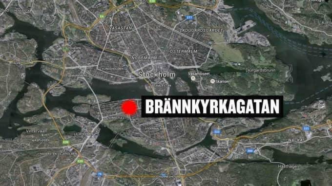 Vid 11.40-tiden fick polisen in larm om en kraftig smäll på Brännkyrkagatan på Södermalm i Stockholm.