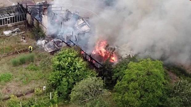 Kraftig brand i växthus – släckningsarbetet väntas pågå i två timmar