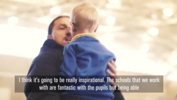 Här överraskar Zlatan barnen