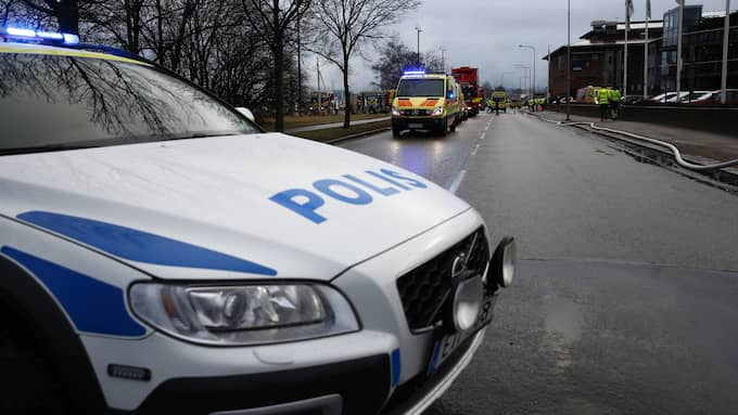 Flera poliser samt brandmän har varit på platsen. Foto: HENRIK JANSSON