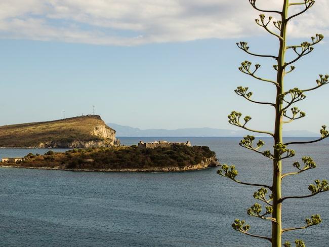 Det charmiga Palermo Castle som ligger på en holme, söder om Himara, är väl värt ett besök.