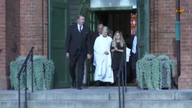 Frank Anderssons kista bärs ut från kyrkan