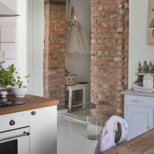 Tegelvägg. Tegelväggen i köket ger en varm och ombonad känsla.Bänkskivorna i köket ska så småningom bytas till marmor.