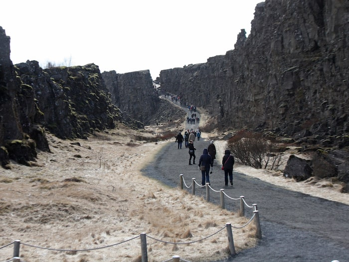 Platsen med de höga bergen är väldigt lik Tingvalla på Island.