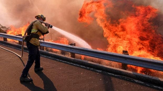 Dödstalen stiger när våldsamma bränderna drar fram