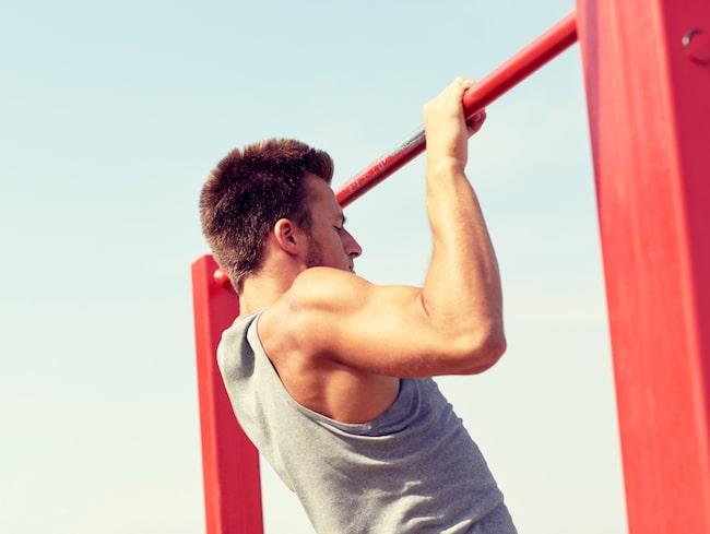 En man gjorde pull-ups på ett flygplan, något som bättre hör hemma på gym.