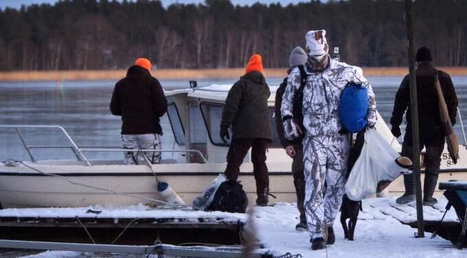 Efter jakten anlände gänget med båten. Zlatan var maskerad med en jaktoutfit - den vitgråa snödräkten - som får beröm av jaktexperten. Foto: Foto Gunnar Seijbold
