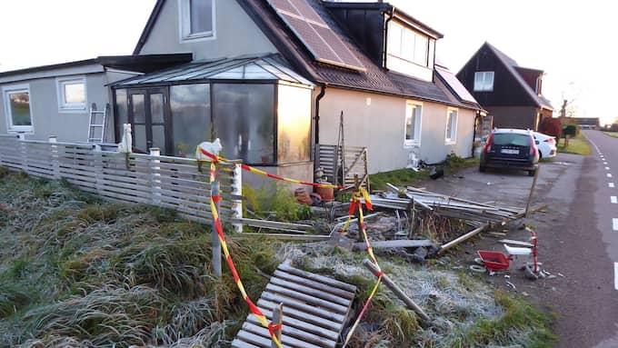 Bilisten körde ner två staket, en brunn och en stor hög med tegel innan han kraschade in i familjens husvägg Foto: Privat