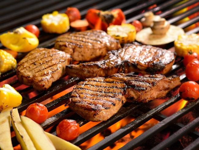 Torka av eller salta för att få den bästa ytan på köttet.