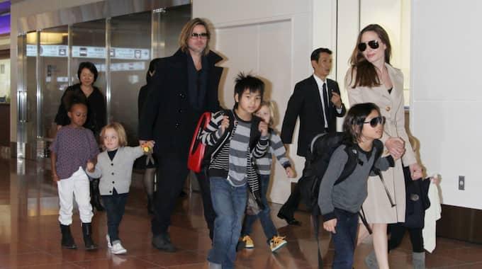 Mitt under skilsmässan med Brad Pitt väcks nu frågor kring en av Angelina Jolies adoptioner. Foto: Junko Kimura / ALL OVER PRESS ZUMA PRESS