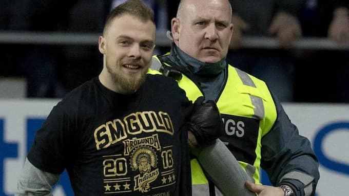 Mats Rosseli Olsen efter att han sprungit in på planen under Blåvitts möte med MFF. Foto: ADAM IHSE/TT / TT NYHETSBYRÅN