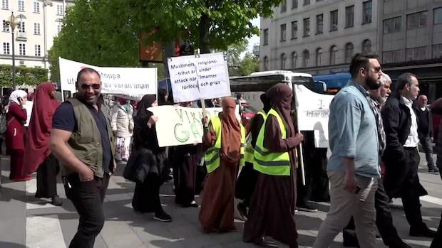 Här demonstrerar de mot Säpos agerande mot imamer