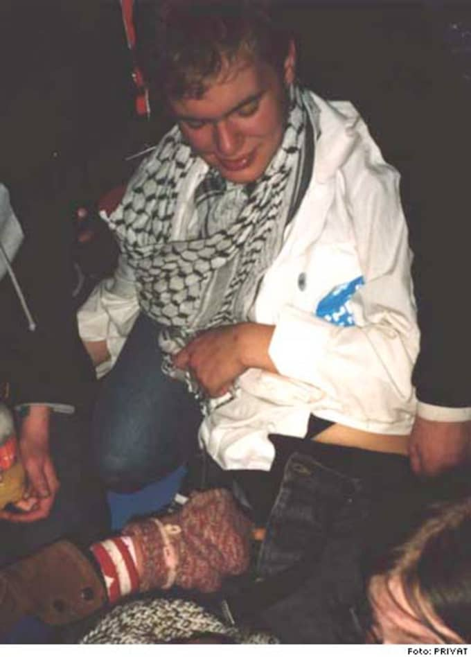 På bilderna syns Gustav Fridolin med byxorna nere och någons hand i skrevet. Bilderna är dock inte pornografiska.