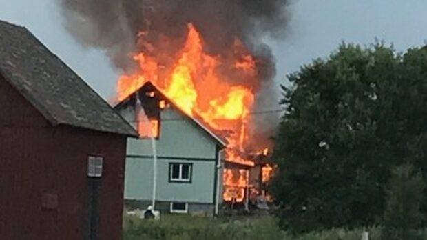 Kraftig brand rasar i villa i Grästorp