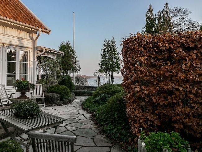 Från det drömmiga huset får en stentrappspromenad ner till vattnet.