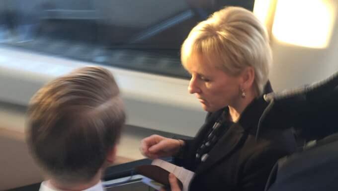 Här flyr utrikesminister Margot Wallström journalisternas frågor. Foto: Niklas Svensson