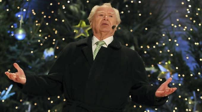 """RING, KLOCKA, RING! På nyårsafton läser Jan Malmsjö dikten """"Nyårsklockan"""" på Skansen för 12:e gången. """"Det är inte jag som bestämmer hur länge jag ska fortsätta, det är tv och Skansen som gör. Jag har sagt att jag vill läsa till jag dör"""", säger den 80-årige skådespelaren. Foto: Lasse Sandström"""