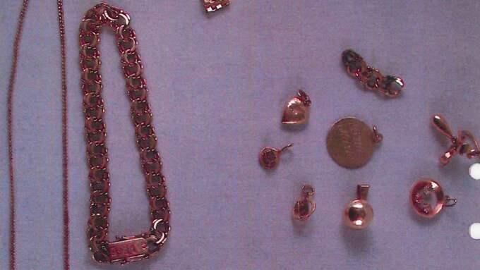 En del av de smycken som försvann från den handikappade kvinnans hem hittades på pantbanker. Foto: POLISEN