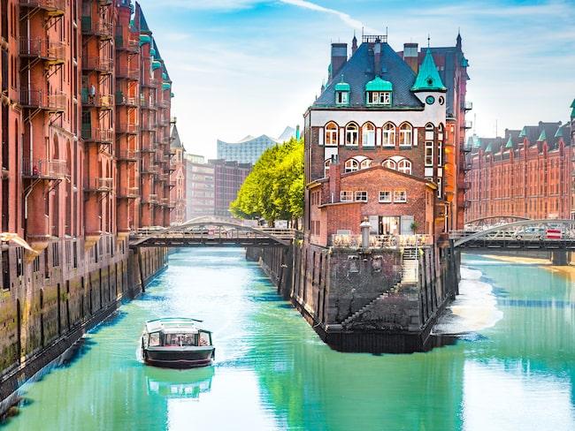 Upplev Hamburg från vattnet, men glöm inte att plocka med dig allt skräp du ser.