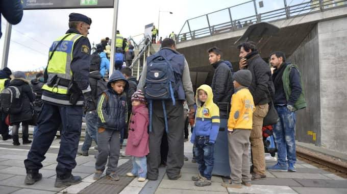 """Familjen Alzrak blev avhysta från tåget i Malmö. De kommer från Syrien och består av mamma, pappa och sex barn. """"Vi vet inte vad som händer efter förhöret"""", säger de. Foto: Anna-Karin Nilsson"""