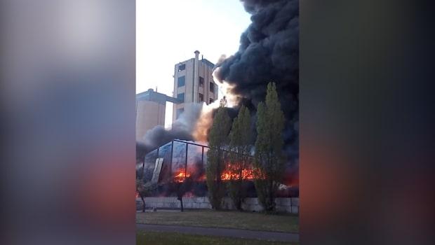 Brand i cementfabrik - allmänheten varnas