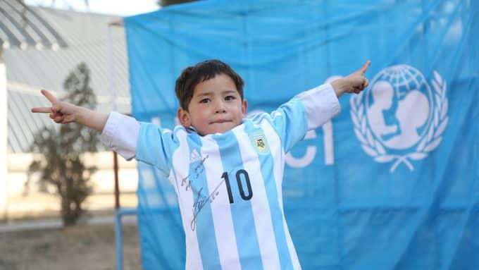 Murtaza Ahmadimed sin nya Messi-tröja Foto: Unicef