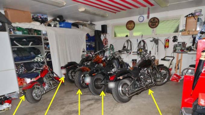 I garaget fann polisen fem Harley Davidson-motorcyklar och 72 gram amfetamin. Foto: Polisen