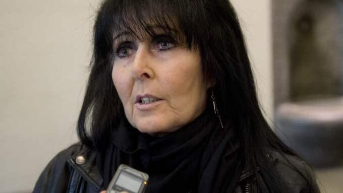 Irene Matkowitzc, 60, kastade en tårta i ansiktet på Sverigedemokraternas partiledare Jimmie Åkesson under en boksignering. Hon döms till två månaders fängelse. Foto: Sven Lindwall