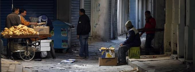 FÖRBJUDEN FRUKT. Några privata torghandlare smygeri Tunis gränder med sina varuvagnar. Foto: AP Foto: Christophe Ena