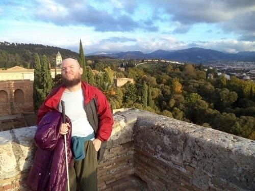 Tony Giles är soloresenären som besökt över 125 länder, trots att han både är blind och halvdöv. Här syns han på Alcazabas yttre mur i Sierra Nevada.