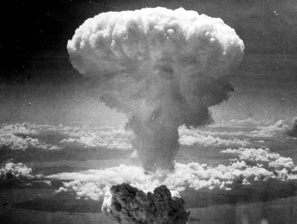 """Den 6 augusti 1945 släpptes den första atombomben över Hiroshima. Tre dagar senare släpptes ytterligare en atombomb över Nagasaki. På bilden syns """"svampmolnet"""" som bomben över Nagasaki bildade. Foto: Wikimedia Commons"""