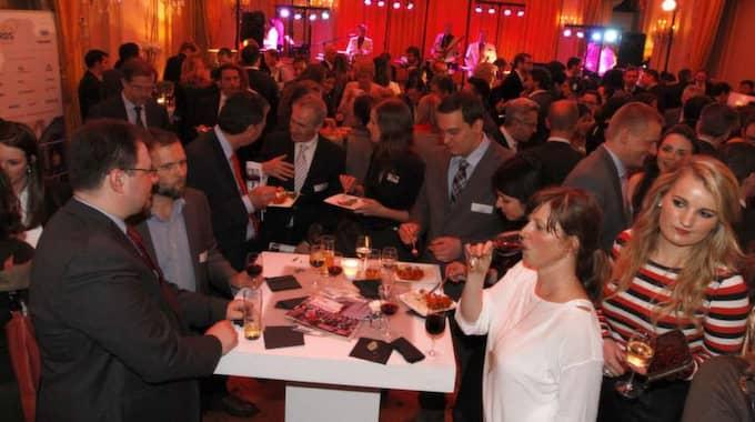 BUFFÉ OCH MINGEL. Tidningen The Parliament Magazine delar varje år ut priser, MEP-awards, till de parlamentariker som av intressenter och andra ledamöter anses ha jobbat hårdast inom sitt område. Förutom parlamentsanställda fanns även lobbyister från olika företag på plats i festlokalen i Bryssel. Efter prisutdelningen som hölls den 18 mars fortsatte kvällen med buffé och mingel till tonerna av ett liveband. Foto: Kristofer Sandberg