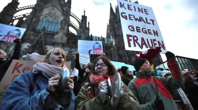 """Demonstranter samlades vid katedralen i Köln på lördagen. På plakatet står det: """"Inget våld mot kvinnor"""". Foto: Oliver Berg"""